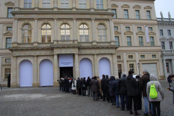Während draußen die Besucher auf die Eröffnung des Barberini warteten lief drinnen eine Führung für Kulturblogger