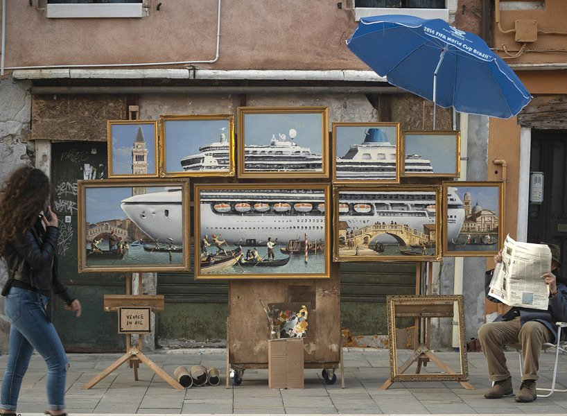 """Banksys Straßenstand in Venedig. Zu sehen sind ein neunteiliges Ölgemälde, davor das Schild """"Venice in Oil""""."""
