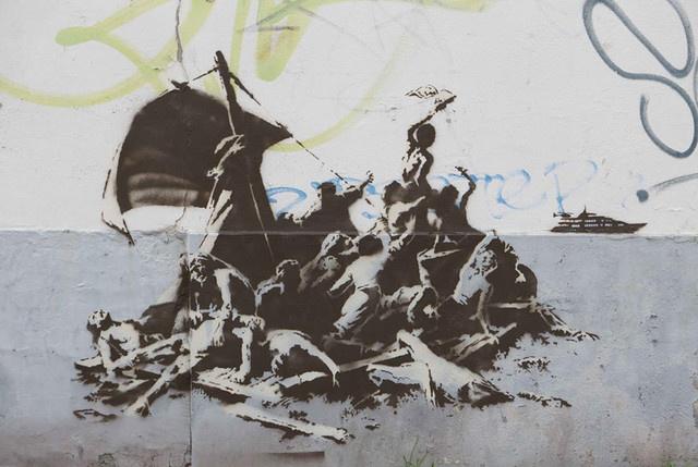 """Banksys """"Floß der Medusa"""" in Calais, Frankreich."""