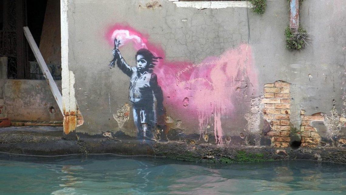 Mutmaßliches Banksy-Werk in Venedig. Es zeigt ein Flüchtlingskind mit Rettungsweste und Seenotfackel.
