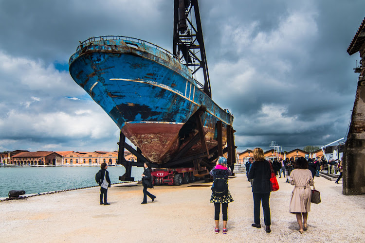 """Das Schiffswrack """"Barca Nostra"""", das der Schweizer Künstler Christoph Büchel auf der 58. Venedig-Biennale installiert hat."""