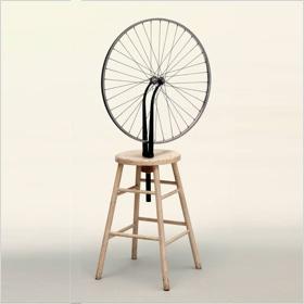 """Marcel Duchamps """"Fahrrad-Rad"""", ebenfalls von 1913. Im selben Jahr notierte Duchamp:  """"Kann man Kunstwerke machen, die keine Werke aus 'Kunst' sind?"""""""