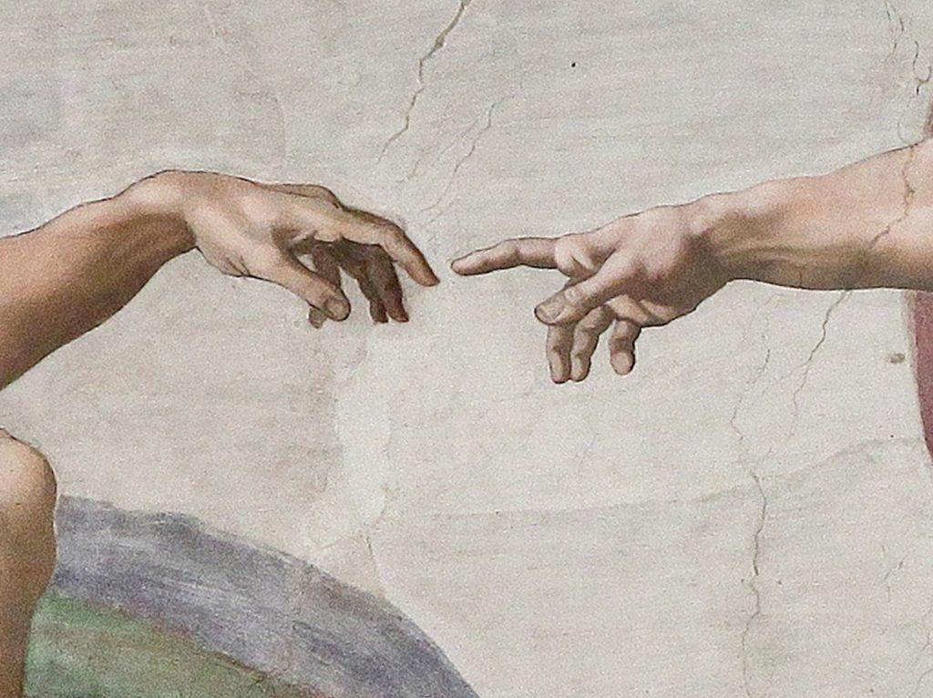 """Detailansicht von Michelangelos """"Die Erschaffung de Welt"""": Die Hände."""