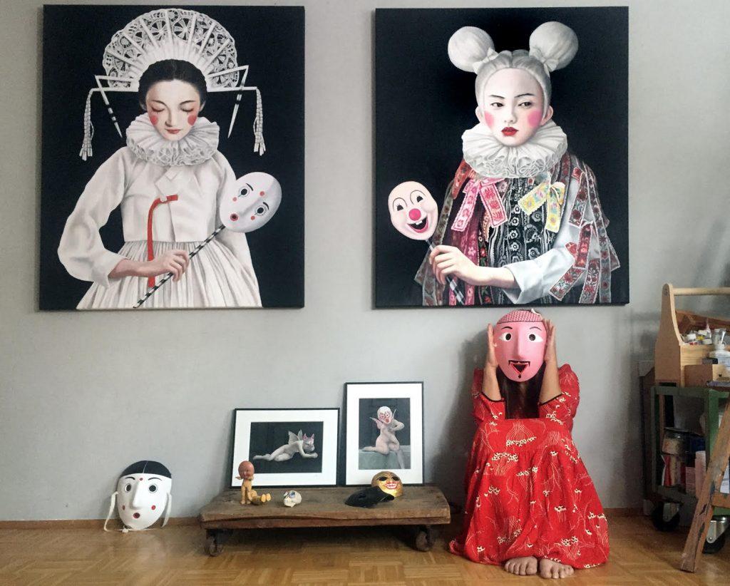 Tanja Hirschfeld vor einigen ihrer Kunstwerke (links im Bild: Majestic Bride, Öl auf Leinwand (2018), 120x100cm).