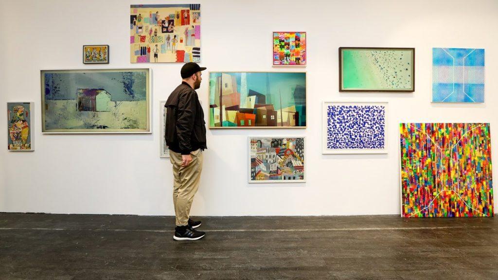 Mann, der Kunstwerke betrachtet.