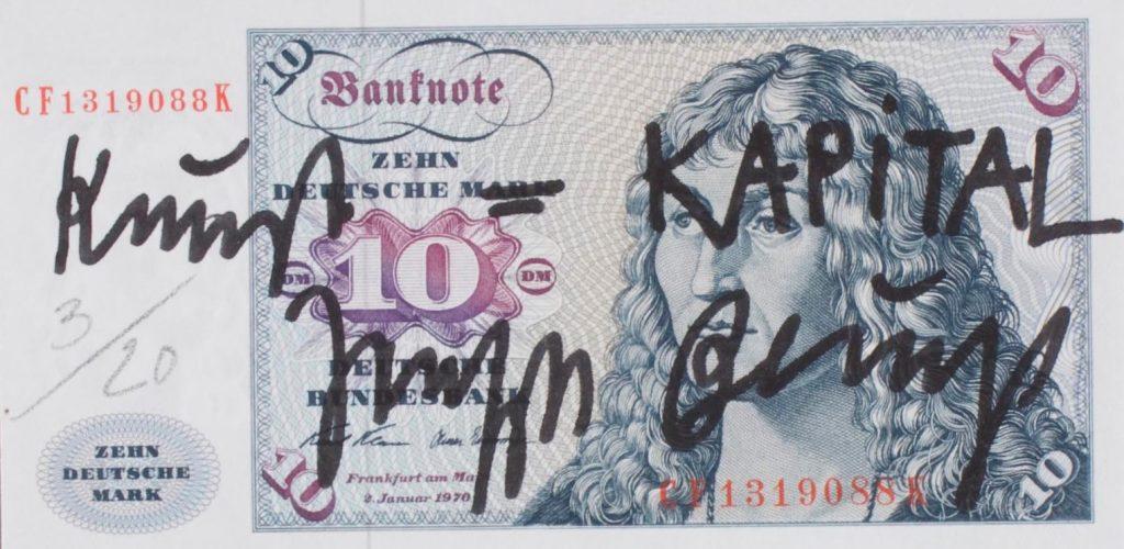 """Ein von Joseph Beuys mit den Worten """"Kunst = KAPITAL"""" signierter Geldschein"""