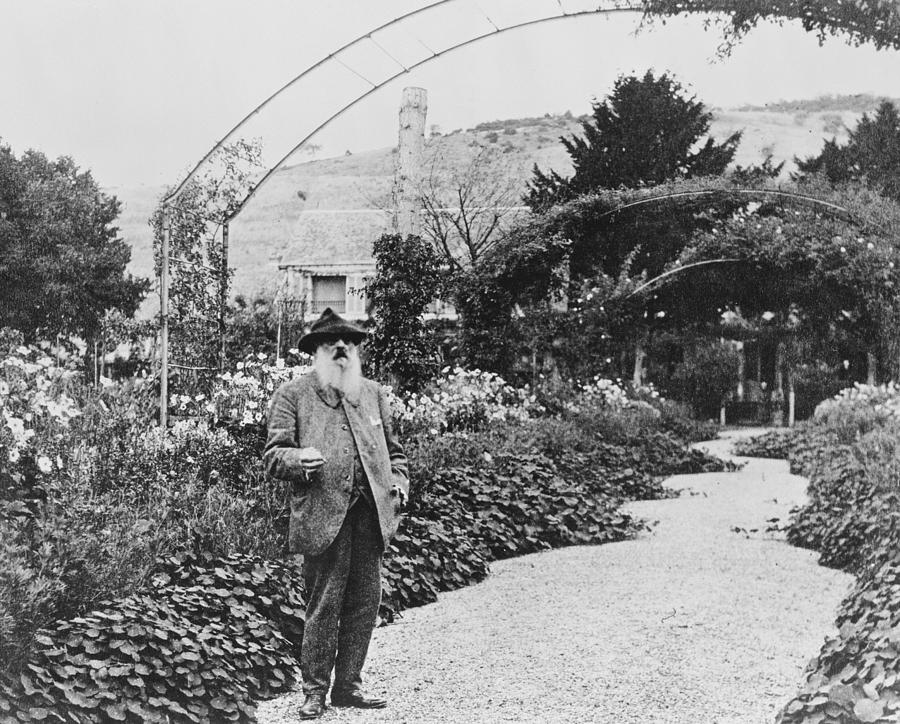 Monet in his gardens at Giverny (1925)