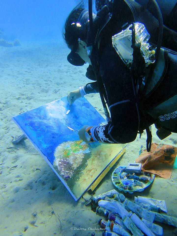 Olga peint sous l'eau